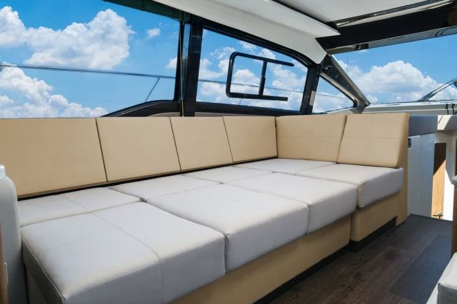 Sea Ray 460 Salon seating 2017-1